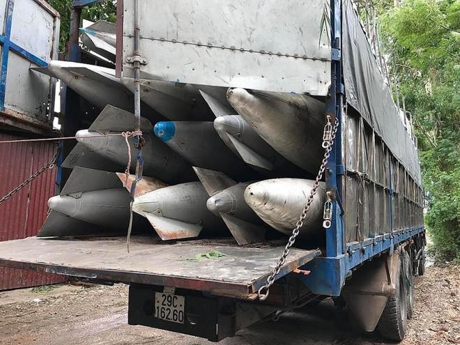 Công an Bắc Ninh giữ 2 xe tải chở hàng chục bình nhiên liệu nghi của máy bay - Ảnh 2.