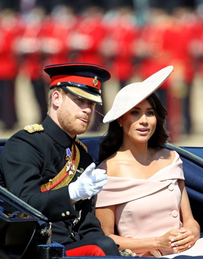 Nhiều đồn đoán cho rằng bộ đồ phá vỡ quy tắc của Meghan Markle được lấy cảm hứng từ trang phục của Công nương Diana - Ảnh 1.
