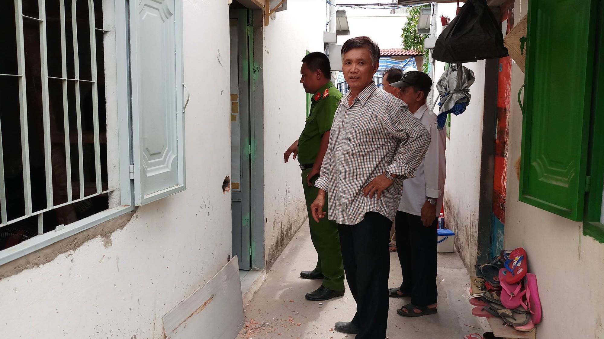 Người đàn ông tử vong bất thường trong phòng trọ khoá trái cửa ở Sài Gòn - Ảnh 1.