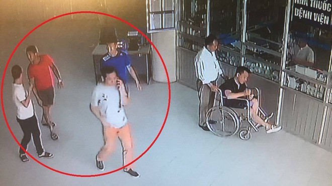 Hà Nội: Nghi vấn 4 thanh niên xăm trổ vào bệnh viện đòi nợ thay cho Phó giám đốc cũ? - Ảnh 1.