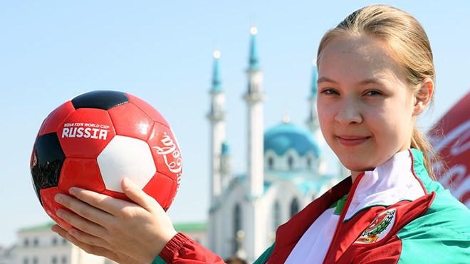 Lần đầu tiên có các cô bé nhặt bóng tại World Cup 2018 - Ảnh 1.