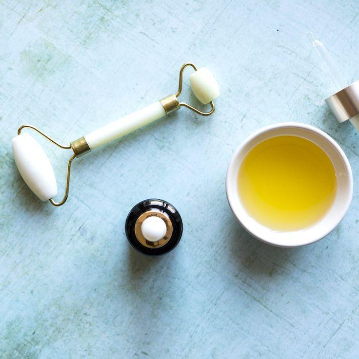 Nếu chưa đủ tiền mua kem dưỡng chuyên dụng, bạn hãy mua loại dầu này để trị quầng thâm mắt - Ảnh 1.