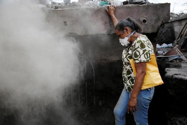 Ảnh: Gian nan tìm kiếm các thi thể bị núi lửa ở Guatemala chôn vùi - Ảnh 1.