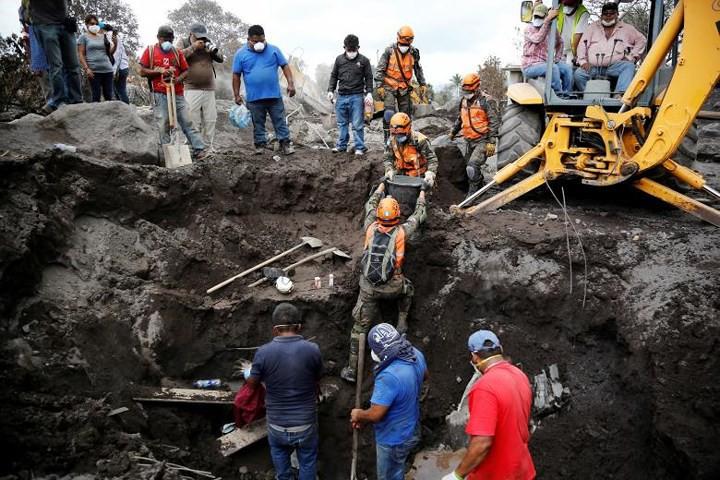 Ảnh: Gian nan tìm kiếm các thi thể bị núi lửa ở Guatemala chôn vùi - Ảnh 2.
