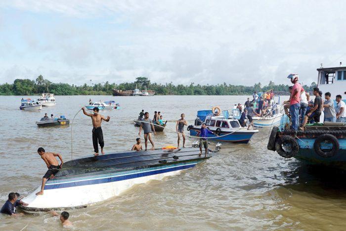 Lật thuyền ở Indonesia, hàng chục người thiệt mạng dịp lễ Eid Al-Fit - Ảnh 1.