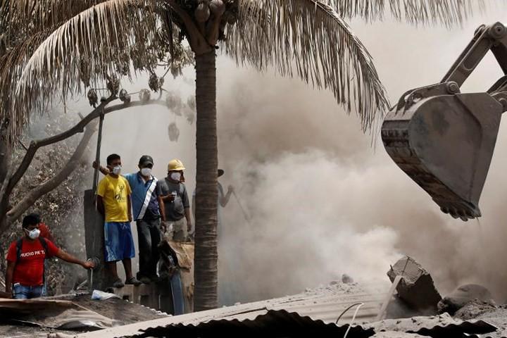 Ảnh: Gian nan tìm kiếm các thi thể bị núi lửa ở Guatemala chôn vùi - Ảnh 11.