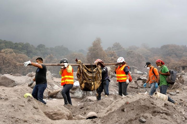 Ảnh: Gian nan tìm kiếm các thi thể bị núi lửa ở Guatemala chôn vùi - Ảnh 13.