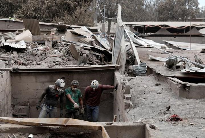 Ảnh: Gian nan tìm kiếm các thi thể bị núi lửa ở Guatemala chôn vùi - Ảnh 15.