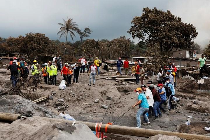 Ảnh: Gian nan tìm kiếm các thi thể bị núi lửa ở Guatemala chôn vùi - Ảnh 17.