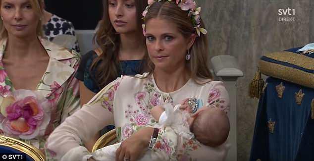 Không phải Charlotte, đây mới là tiểu công chúa bá đạo nhất, nằm lăn trên sàn trong lễ rửa tội của em mình - Ảnh 3.