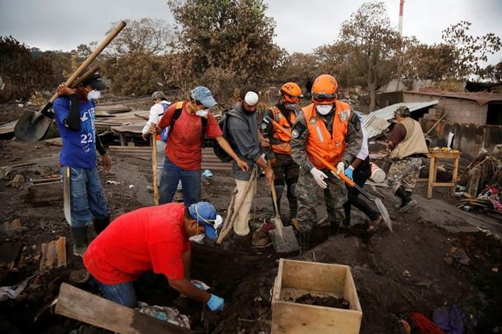 Ảnh: Gian nan tìm kiếm các thi thể bị núi lửa ở Guatemala chôn vùi - Ảnh 3.