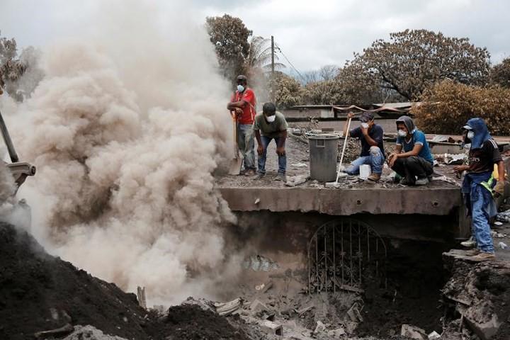 Ảnh: Gian nan tìm kiếm các thi thể bị núi lửa ở Guatemala chôn vùi - Ảnh 4.