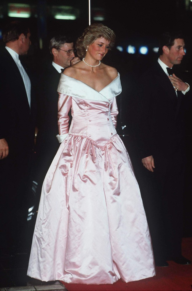 Nhiều đồn đoán cho rằng bộ đồ phá vỡ quy tắc của Meghan Markle được lấy cảm hứng từ trang phục của Công nương Diana - Ảnh 5.