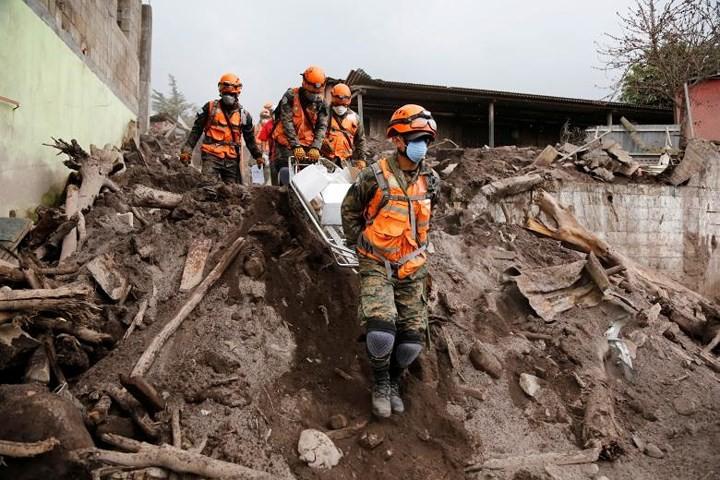 Ảnh: Gian nan tìm kiếm các thi thể bị núi lửa ở Guatemala chôn vùi - Ảnh 5.