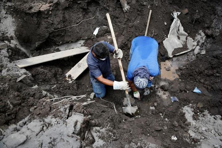 Ảnh: Gian nan tìm kiếm các thi thể bị núi lửa ở Guatemala chôn vùi - Ảnh 6.