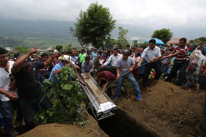 Ảnh: Gian nan tìm kiếm các thi thể bị núi lửa ở Guatemala chôn vùi - Ảnh 7.