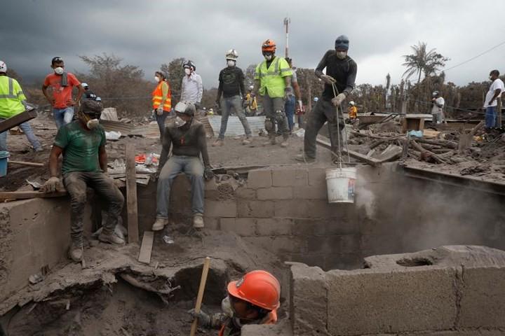 Ảnh: Gian nan tìm kiếm các thi thể bị núi lửa ở Guatemala chôn vùi - Ảnh 8.