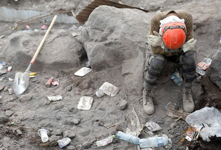 Ảnh: Gian nan tìm kiếm các thi thể bị núi lửa ở Guatemala chôn vùi - Ảnh 9.