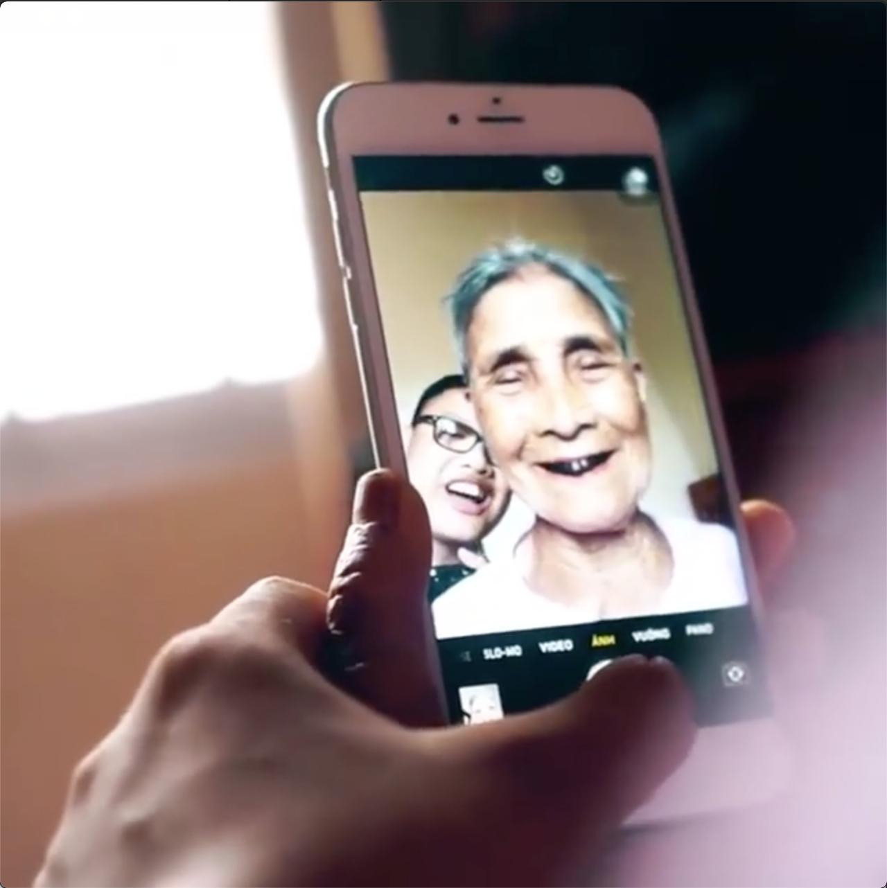 Cụ bà 93 tuổi lần đầu nhìn mình qua camera điện thoại: Giống đấy, nhưng mặt hơi gầy, mắt hơi sâu một chút - Ảnh 2.