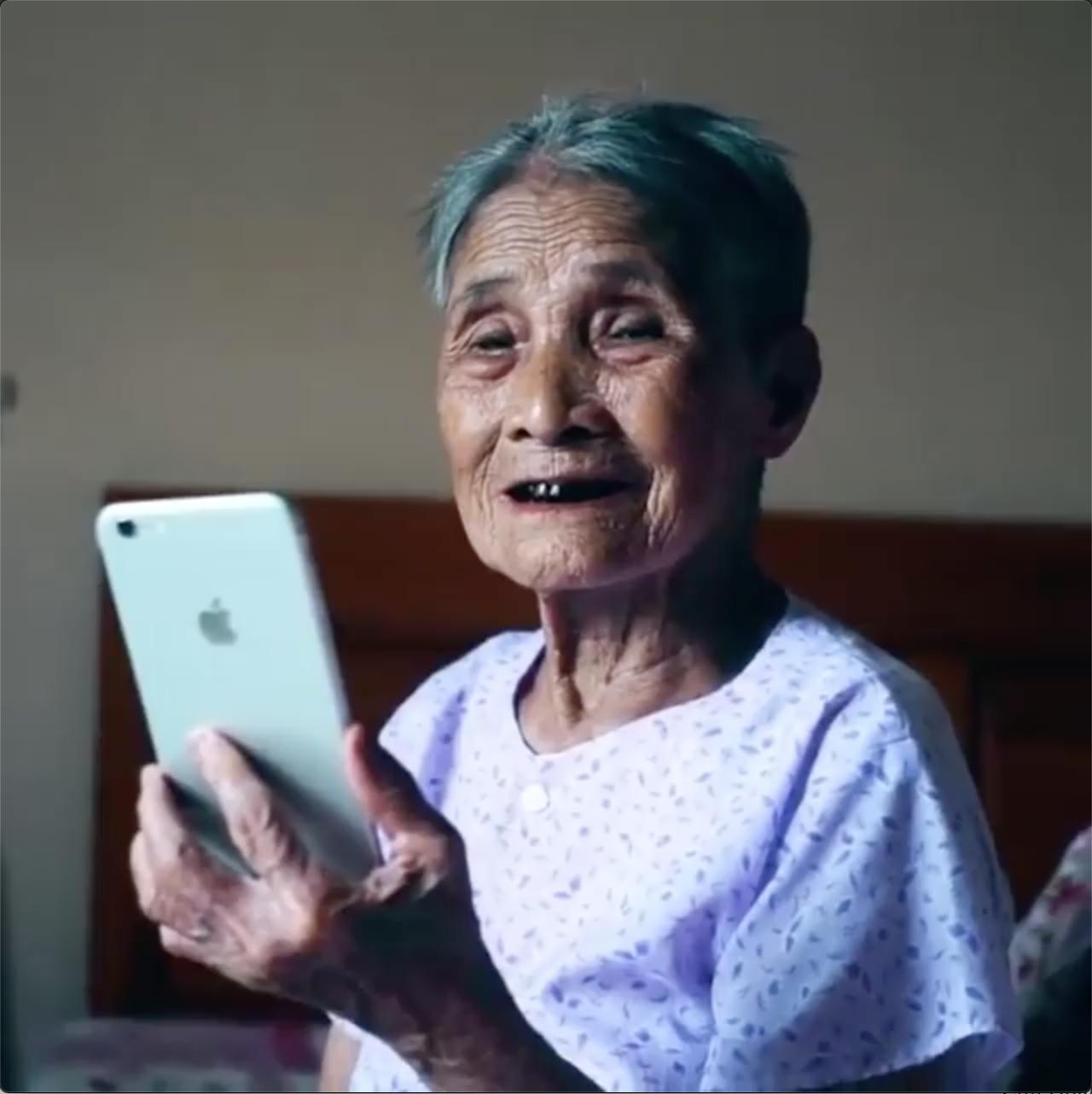 Cụ bà 93 tuổi lần đầu nhìn mình qua camera điện thoại: Giống đấy, nhưng mặt hơi gầy, mắt hơi sâu một chút - Ảnh 3.