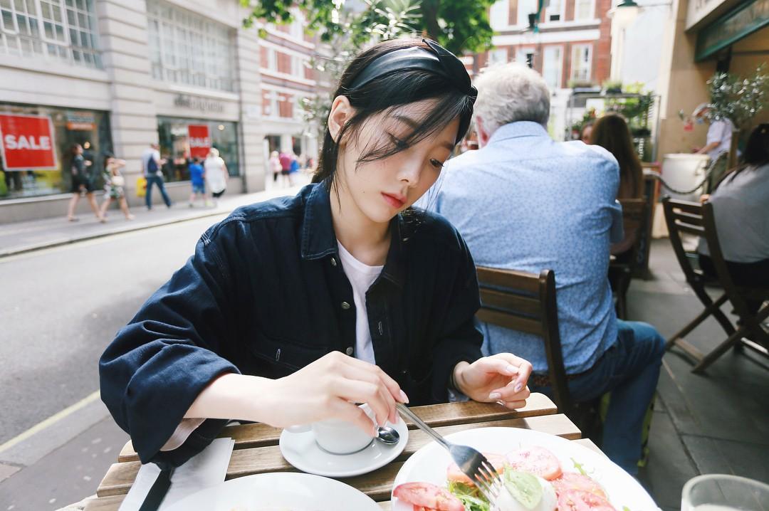 Nghịch lí của Taeyeon: thường ngày mặc đơn giản thì xinh nhưng cứ lồng lộn đi sự kiện lại thành sến - Ảnh 1.