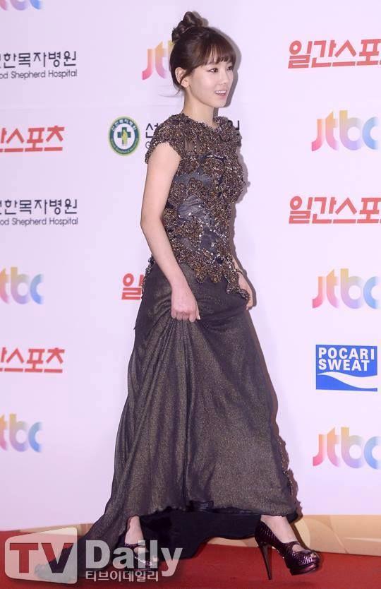 Nghịch lí của Taeyeon: thường ngày mặc đơn giản thì xinh nhưng cứ lồng lộn đi sự kiện lại thành sến - Ảnh 9.