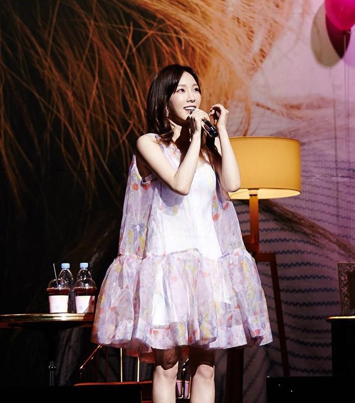 Nghịch lí của Taeyeon: thường ngày mặc đơn giản thì xinh nhưng cứ lồng lộn đi sự kiện lại thành sến - Ảnh 5.
