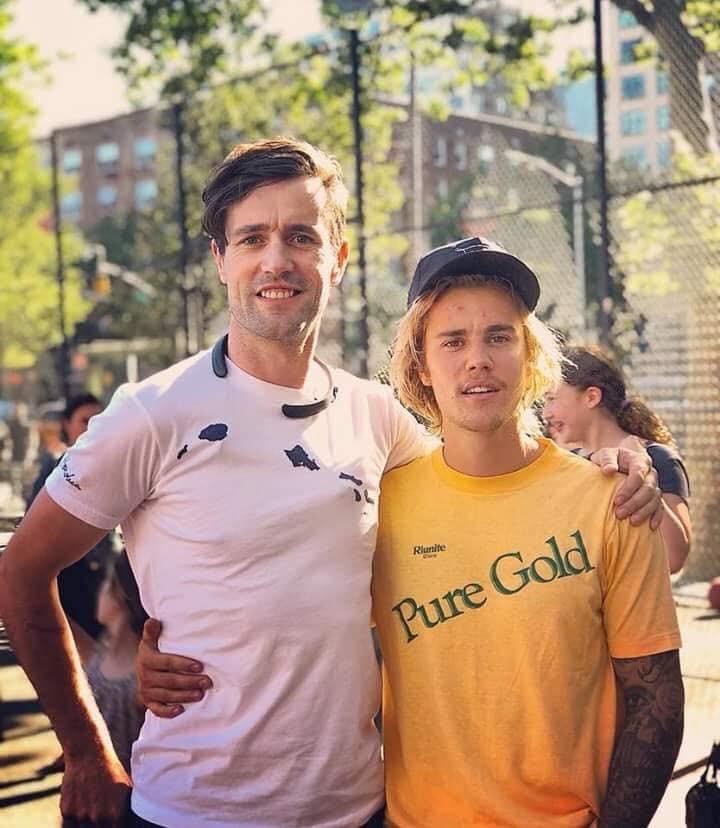 Justin Bieber chụp ảnh với fan nhưng không biết ai là fan, ai là idol nữa? - Ảnh 1.
