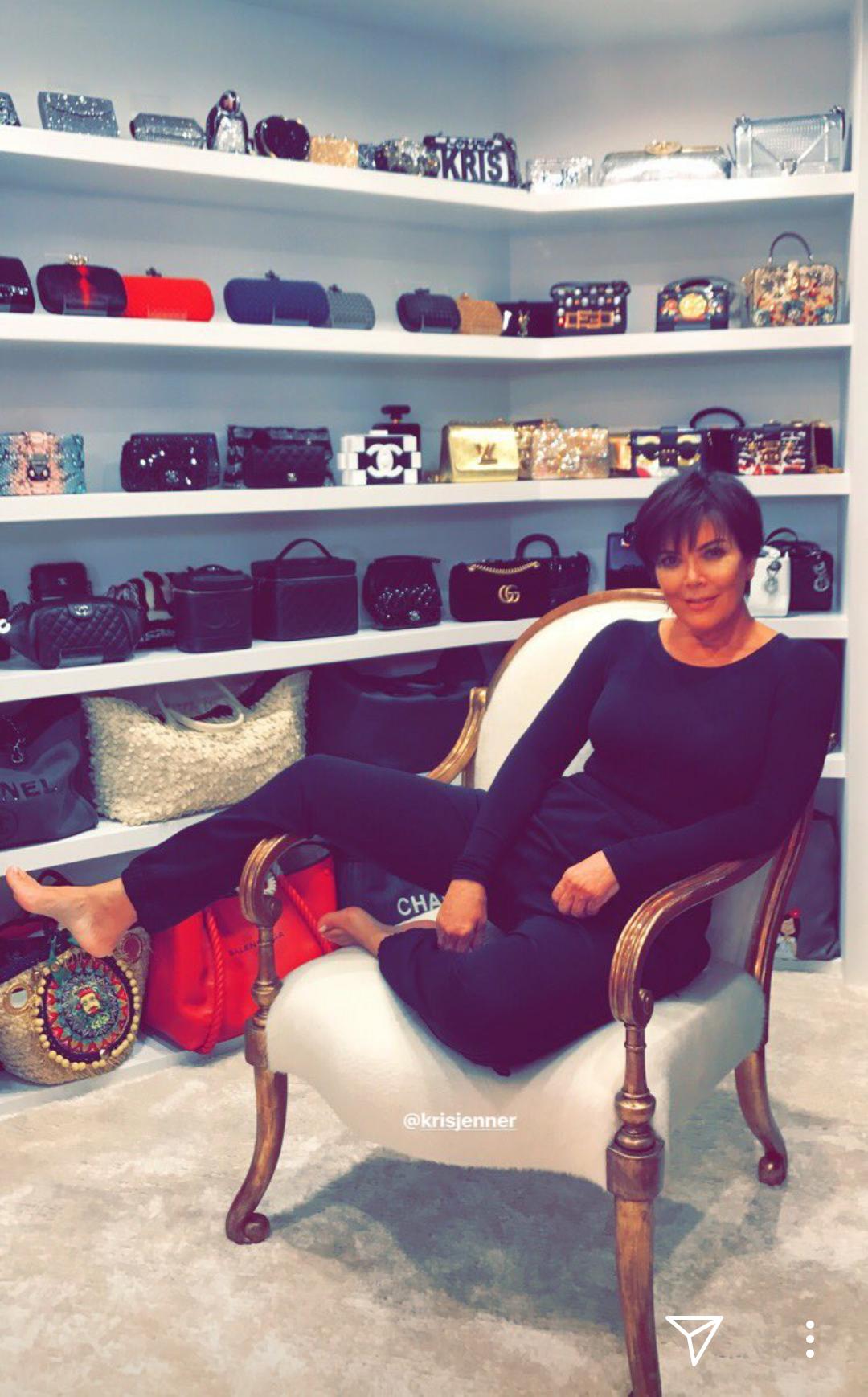 Chẳng kém cạnh con gái, mẹ của Kylie Jenner cũng có phòng để đồ hoành tráng như cửa hàng thời trang cao cấp - Ảnh 1.
