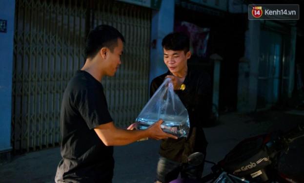 Dịch vụ giao thức ăn đêm ở Sài Gòn tăng cường hoạt động đến gần 3h sáng trong mùa World Cup - Ảnh 14.