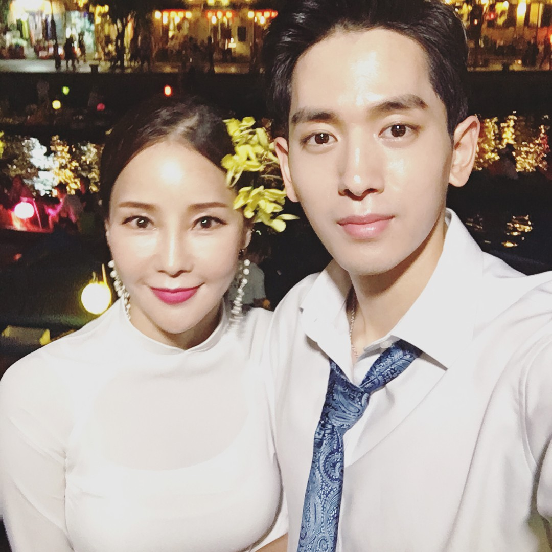 Dispatch đưa tin nữ ca sĩ bốc lửa xứ Hàn diện áo dài, cùng chồng kém 17 tuổi đến tận Việt Nam để chụp hình cưới - Ảnh 1.