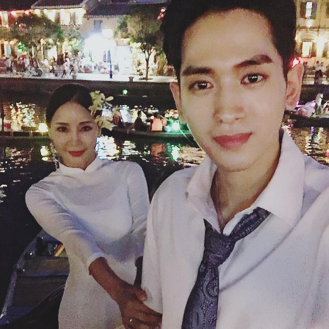 Dispatch đưa tin nữ ca sĩ bốc lửa xứ Hàn diện áo dài, cùng chồng kém 17 tuổi đến tận Việt Nam để chụp hình cưới - Ảnh 2.