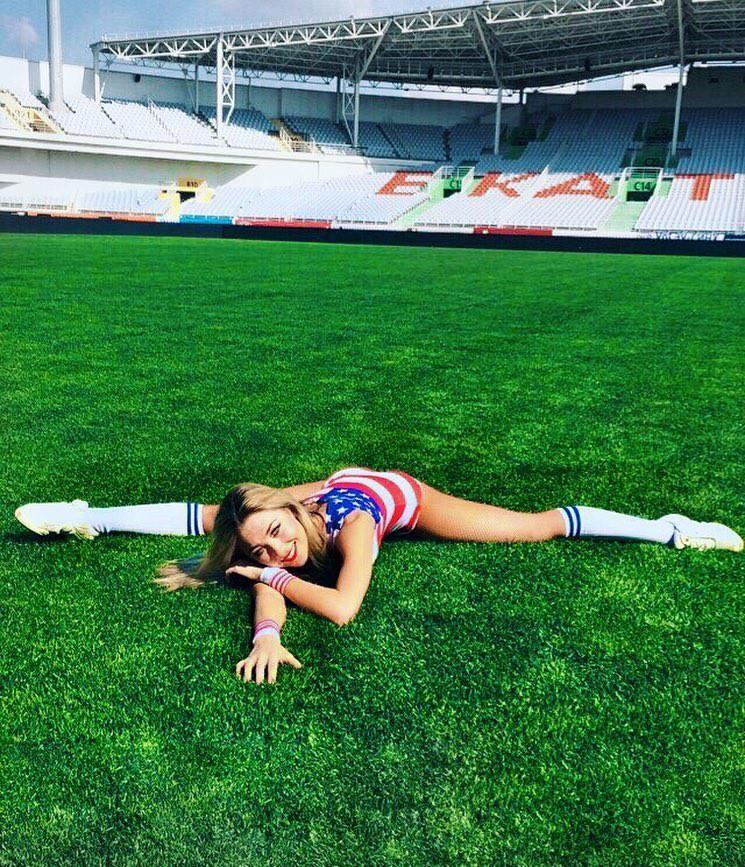 MXH Nga ngập tràn những cô nàng khoe dáng nóng bỏng chào mừng World Cup 2018 - Ảnh 1.