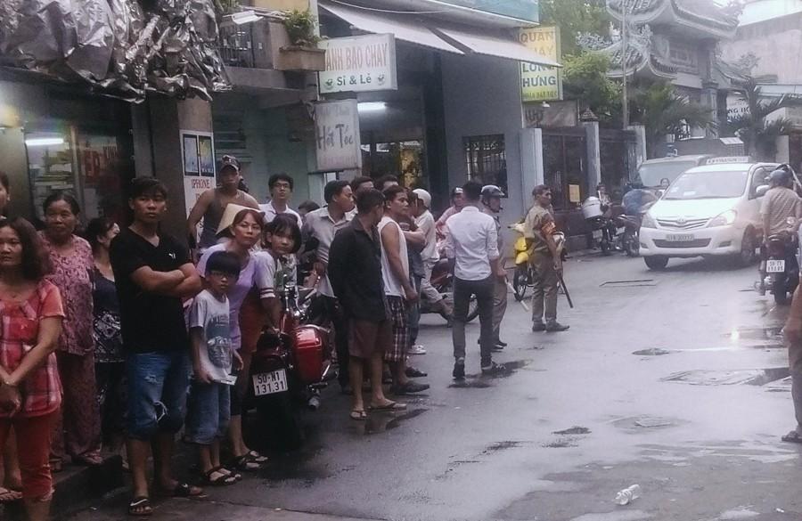 Hàng xóm bàng hoàng trước vụ việc 2 cha con tử vong bất thường với nhiều vết đâm ở Sài Gòn - Ảnh 1.
