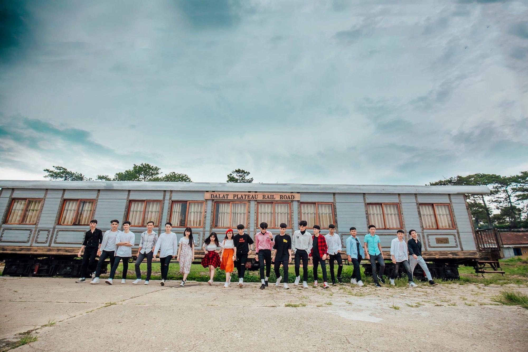 Mặc sơ mi trắng nhảy Panama siêu đẹp, nhóm nam sinh phố núi Đắk Lắk thể hiện độ chất chơi không kém ai - Ảnh 4.