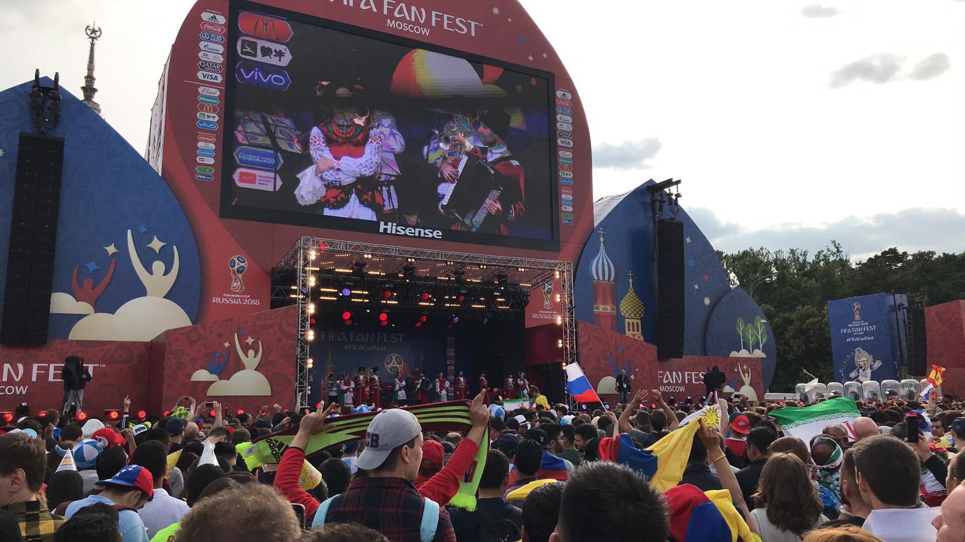 Dẫn trước 2:0, du học sinh Việt cùng người dân Nga hát vang bài ca chiến thắng ở thủ đô Moscow - Ảnh 5.