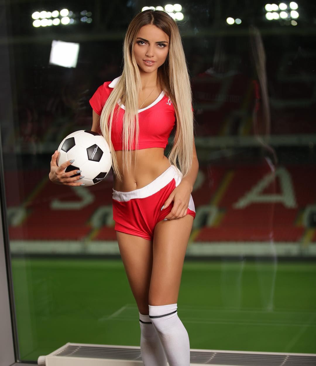 MXH Nga ngập tràn những cô nàng khoe dáng nóng bỏng chào mừng World Cup 2018 - Ảnh 5.