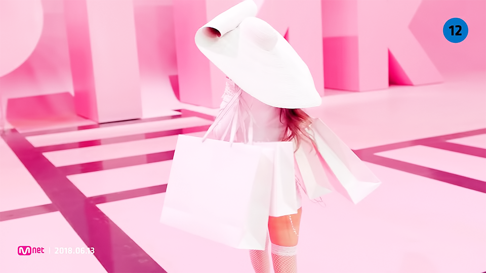 Jennie bắt trend mũ đĩa bay, Jisoo bị cho là mặc lại váy cũ của Rose trong teaser MV mới - Ảnh 2.