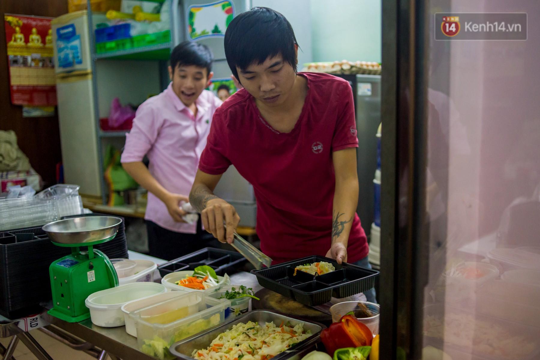 Dịch vụ giao thức ăn đêm ở Sài Gòn tăng cường hoạt động đến gần 3h sáng trong mùa World Cup - Ảnh 6.