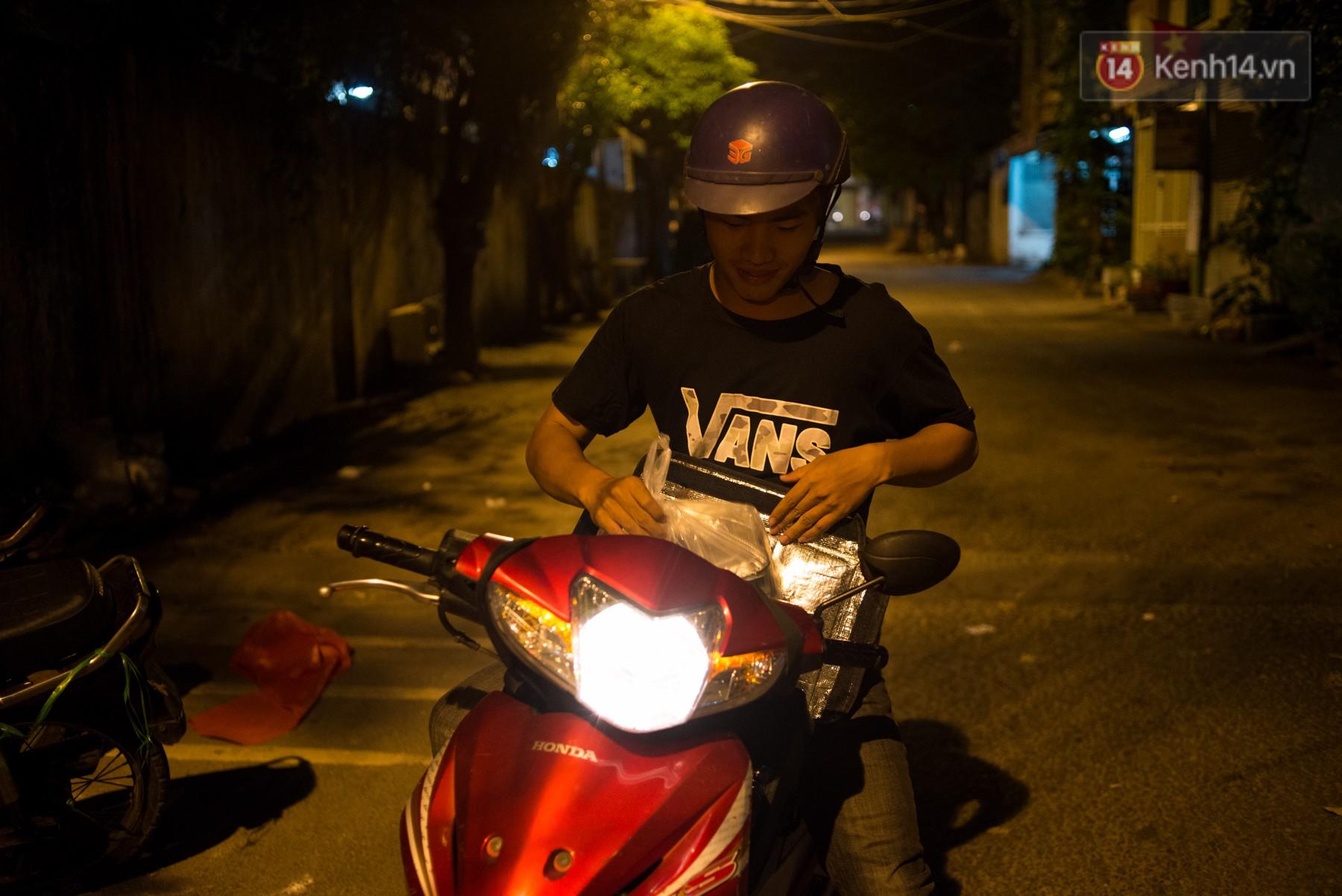 Dịch vụ giao thức ăn đêm ở Sài Gòn tăng cường hoạt động đến gần 3h sáng trong mùa World Cup - Ảnh 1.