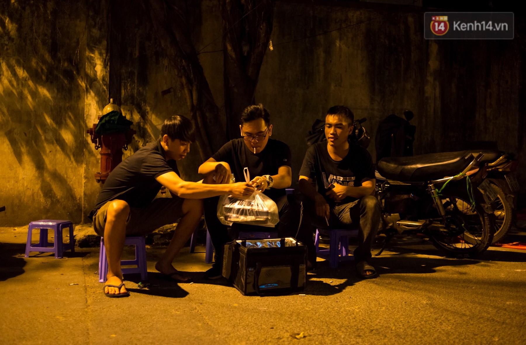 Dịch vụ giao thức ăn đêm ở Sài Gòn tăng cường hoạt động đến gần 3h sáng trong mùa World Cup - Ảnh 2.