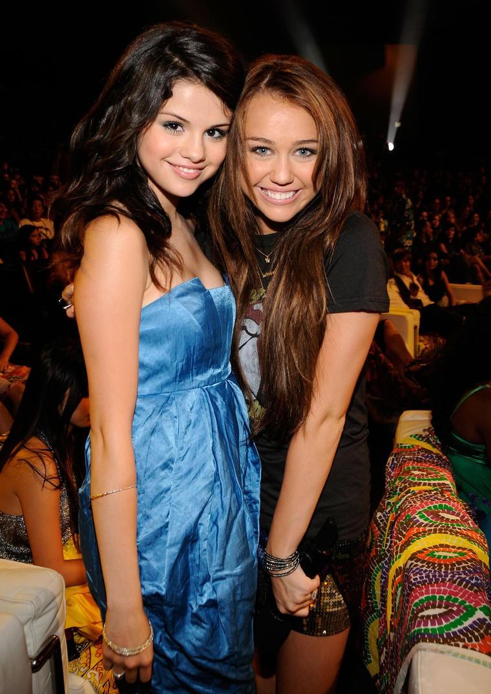 Từng ghét nhau không đội trời chung, Miley bỗng bảo vệ Selena khi cô bạn cũ bị chê xấu xí - Ảnh 4.
