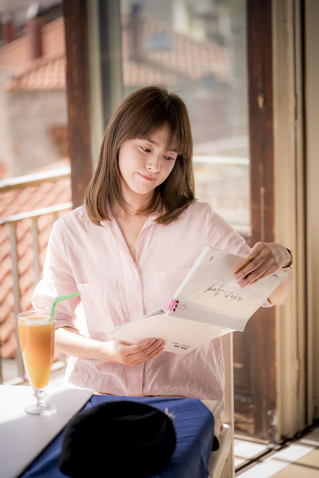 Nhã Phương đổi kiểu tóc giống Song Hye Kyo cho Hậu Duệ Mặt Trời? - Ảnh 4.
