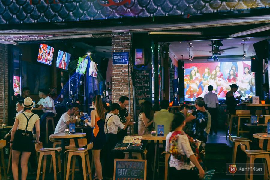 Phố Tây ở Sài Gòn chật kín trong ngày khai mạc World Cup 2018, khách Nga hò hét ăn mừng khi đội nhà thắng đậm - Ảnh 3.