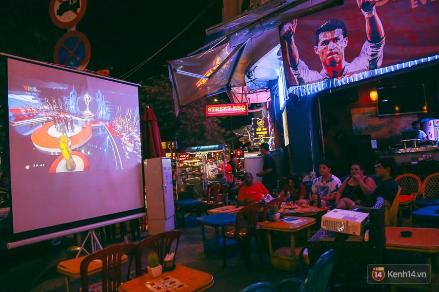 Phố Tây ở Sài Gòn chật kín trong ngày khai mạc World Cup 2018, khách Nga hò hét ăn mừng khi đội nhà thắng đậm - Ảnh 2.