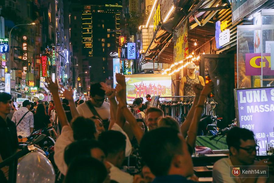 Phố Tây ở Sài Gòn chật kín trong ngày khai mạc World Cup 2018, khách Nga hò hét ăn mừng khi đội nhà thắng đậm - Ảnh 7.