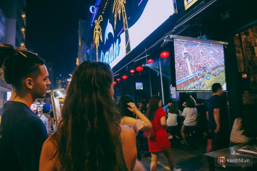 Phố Tây ở Sài Gòn chật kín trong ngày khai mạc World Cup 2018, khách Nga hò hét ăn mừng khi đội nhà thắng đậm - Ảnh 5.
