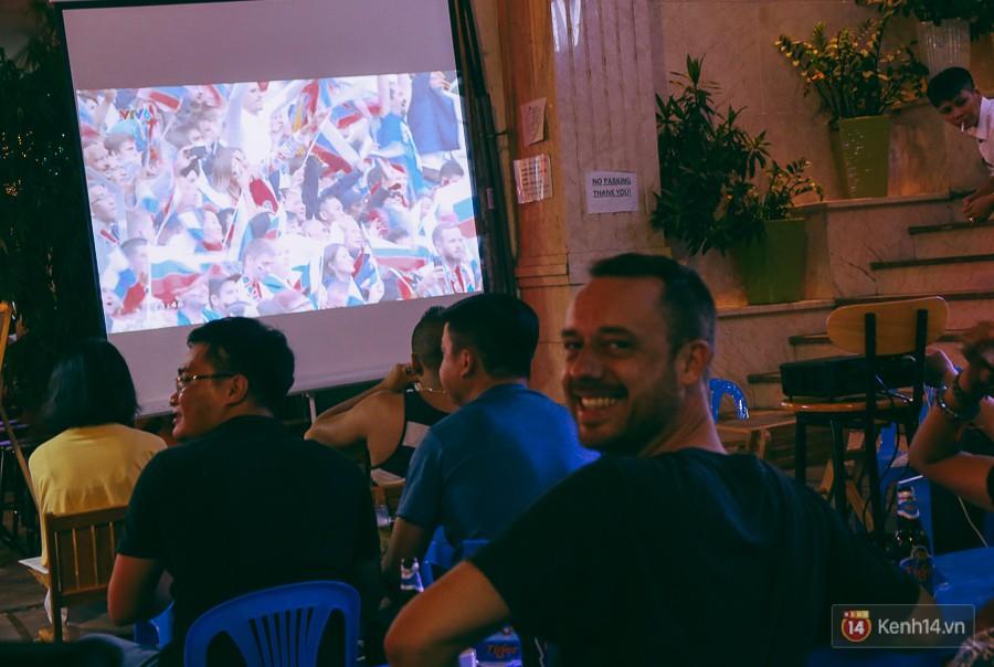 Phố Tây ở Sài Gòn chật kín trong ngày khai mạc World Cup 2018, khách Nga hò hét ăn mừng khi đội nhà thắng đậm - Ảnh 6.