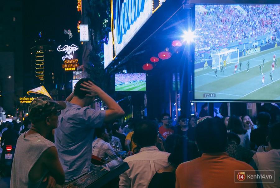 Phố Tây ở Sài Gòn chật kín trong ngày khai mạc World Cup 2018, khách Nga hò hét ăn mừng khi đội nhà thắng đậm - Ảnh 12.
