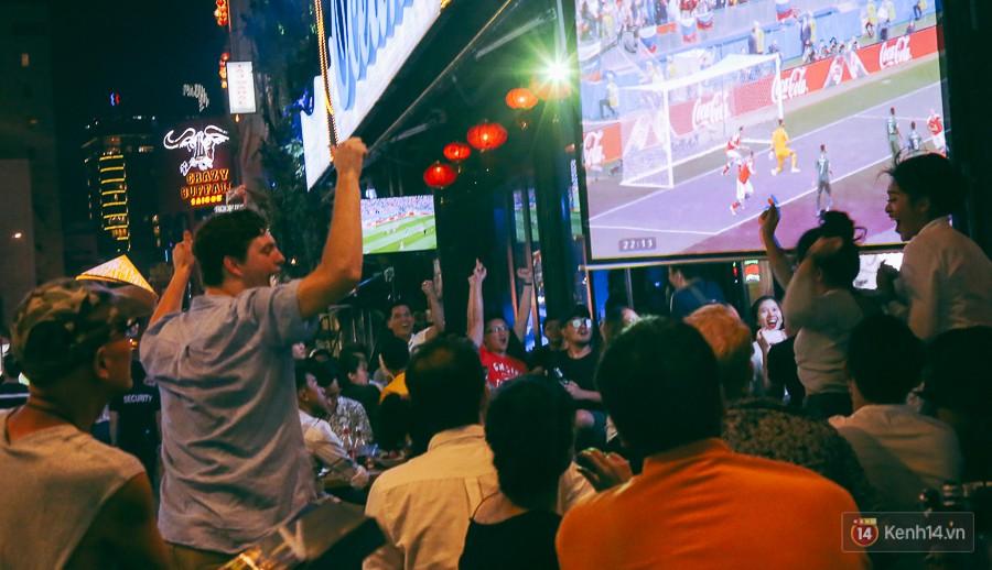 Phố Tây ở Sài Gòn chật kín trong ngày khai mạc World Cup 2018, khách Nga hò hét ăn mừng khi đội nhà thắng đậm - Ảnh 13.